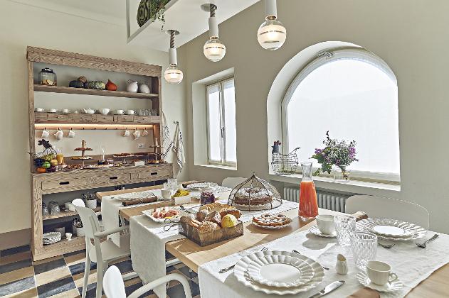 The maison's breakfast room